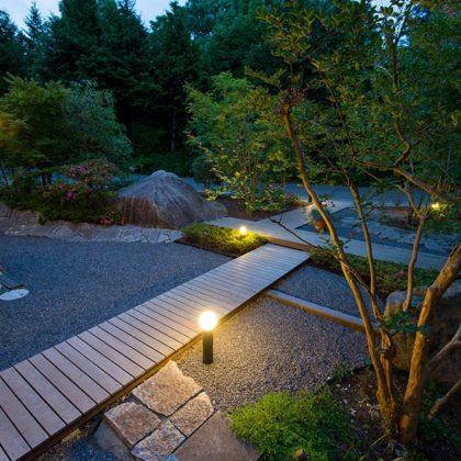 石とハードウッドの庭